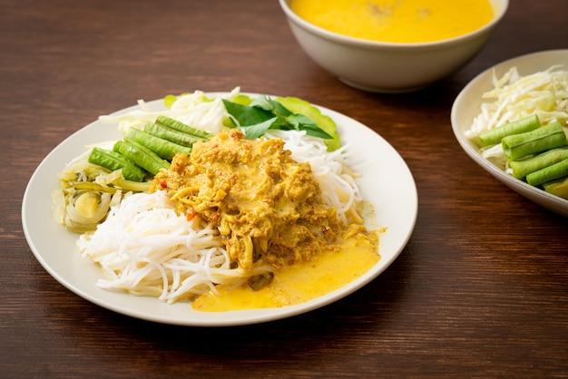 Nouilles de riz thaï au curry de crabe et légumes variés - cuisine du sud locale thaïlandaise