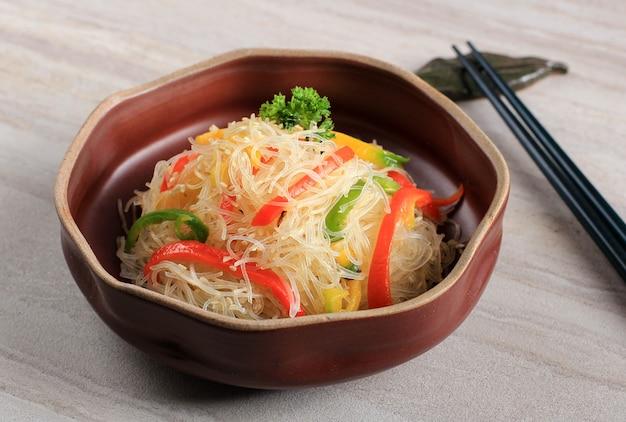 Nouilles de riz en verre sautées aux légumes poivrons rouges jaunes et vertsn