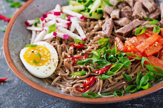 Nouilles de sarrasin au boeuf, œufs et légumes. nourriture coréenne. soupe de pâtes au sarrasin.