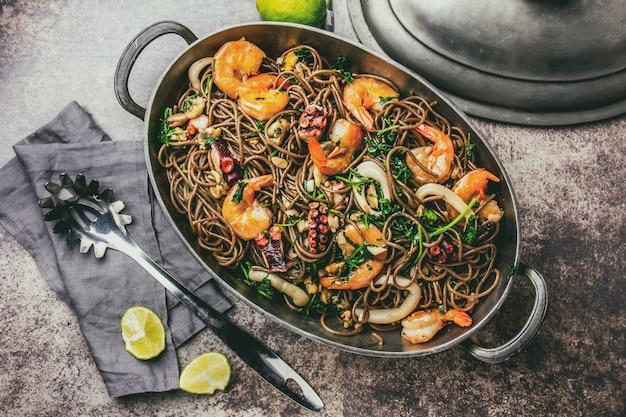 Nouilles de sarrasin aux fruits de mer