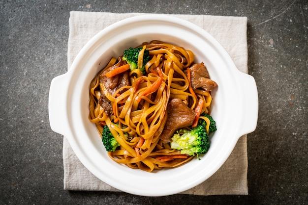 Nouilles sautées au porc et aux légumes