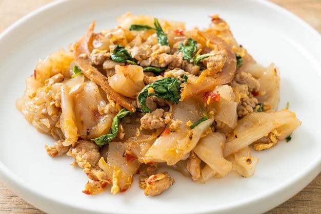 Nouilles sautées au poulet émincé et basilic - style cuisine asiatique