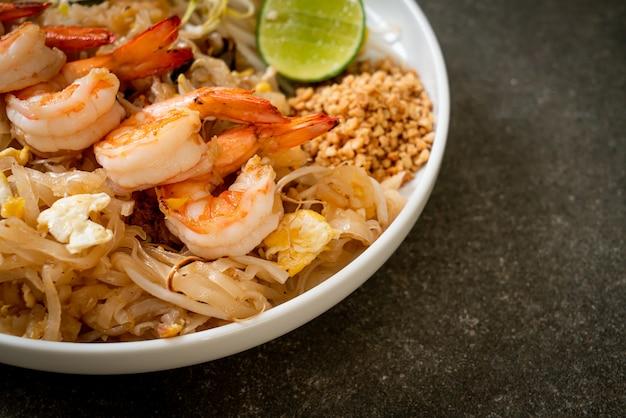 Nouilles sautées aux crevettes et choux ou pad thai - style cuisine asiatique