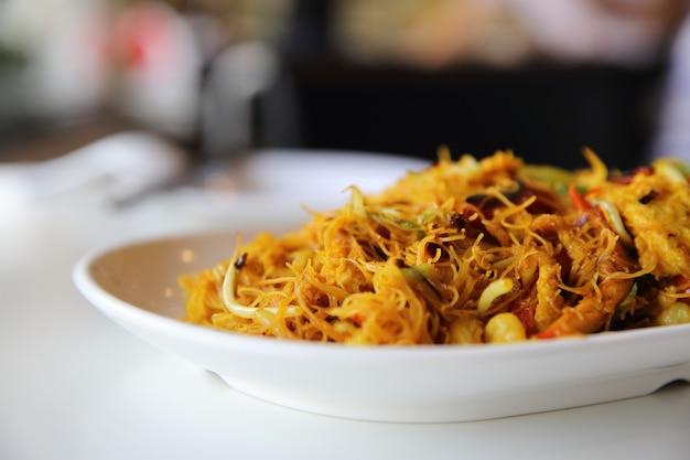 Nouilles sautées aux crevettes et curry
