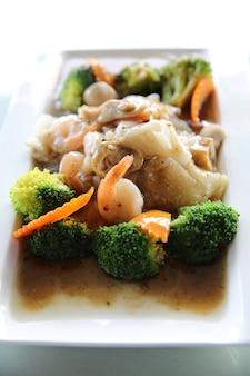 Nouilles sautées hong kong aux fruits de mer
