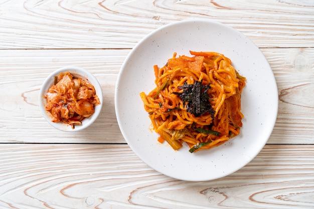 Nouilles sautées avec sauce épicée coréenne et légumes