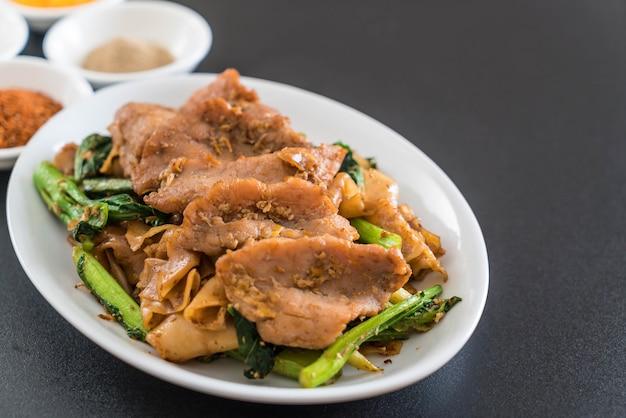 Nouilles sautées à la sauce soja et au porc