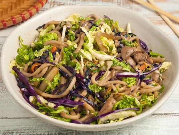Nouilles savoureuses au sarrasin avec du poulet et des légumes. cuisine asiatique