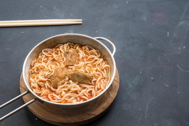 Nouilles schezwan ou hakka aux légumes, une recette populaire indo-chinoise.