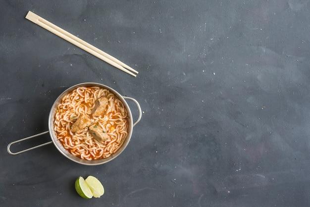 Nouilles schezwan ou hakka aux légumes une des recettes indo-chinoises populaires.
