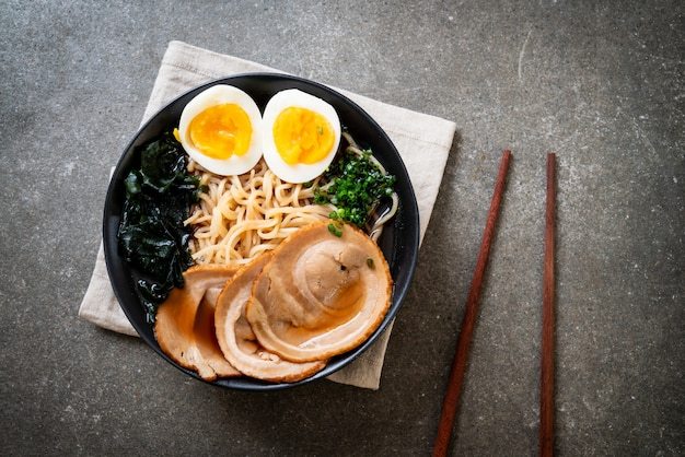 Nouilles shoyu ramen au porc et à l'œuf
