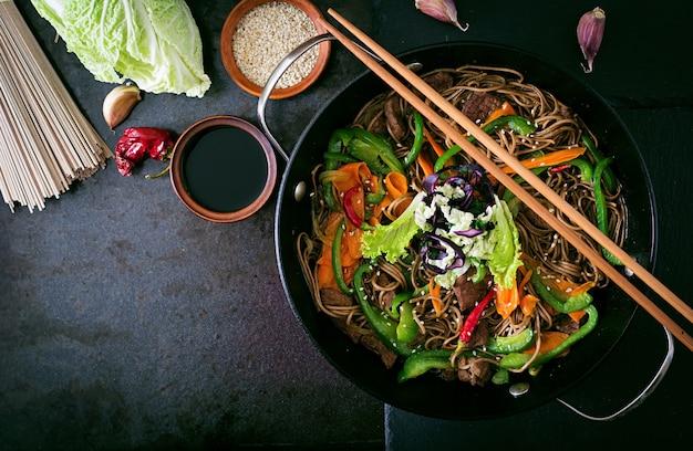 Nouilles soba au boeuf, carottes, oignons et poivrons doux