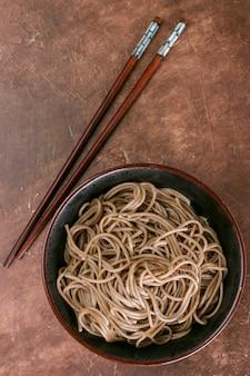 Nouilles soba au sarrasin - un plat traditionnel de la cuisine asiatique.