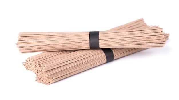 Nouilles soba, isolés sur blanc. paquet de bâtonnets de nouilles soba japonaises au sarrasin. nourriture asiatique.