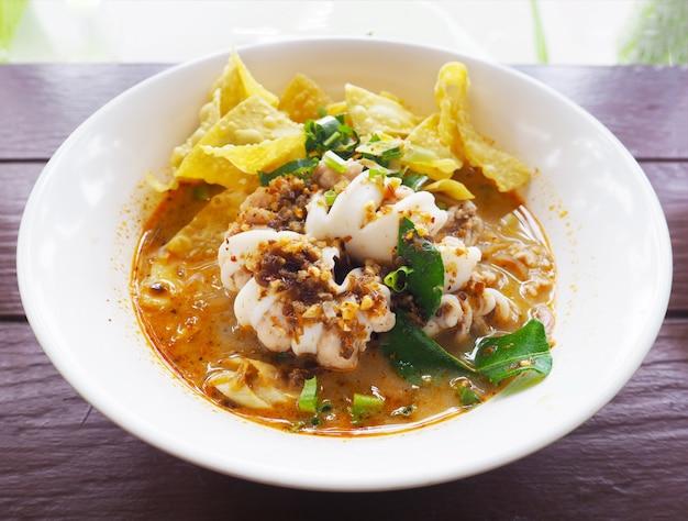 Nouilles avec soupe de fruits de mer chaude et épicée