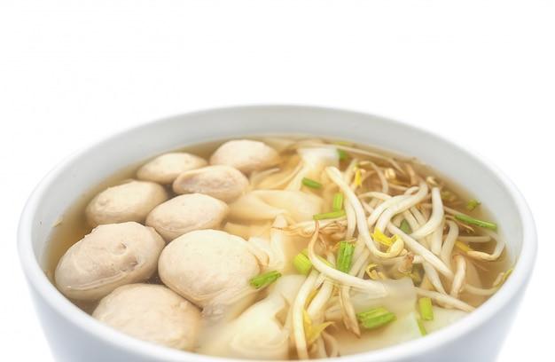 Nouilles thaïlandaises et boulettes de viande dans le bol en bambou isoler sur fond blanc