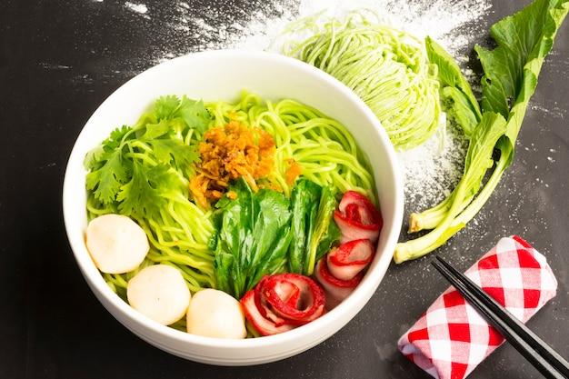 Nouilles en thaïlande ba-mee-moo-dang ou des pâtes d'asie. close up and top view.
