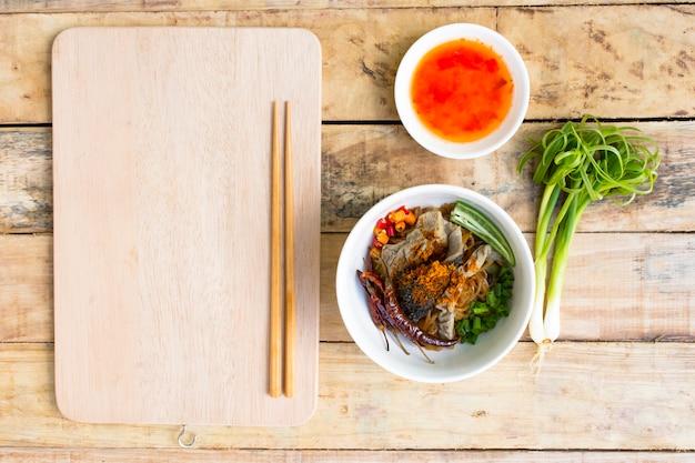 Nouilles en thaïlande, nouilles de boeuf sur une table en bois.