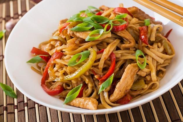 Nouilles udon au poulet et aux poivrons - cuisine japonaise