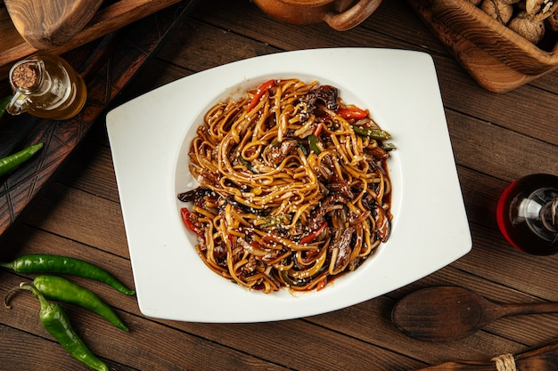 Nouilles udon aux légumes et à la viande