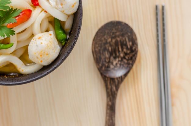 Nouilles udon chaudes et épicées