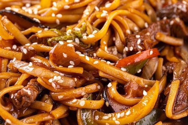 Nouilles udon avec légumes et viande en gros plan