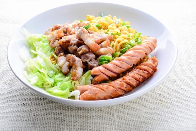 Nouilles udon avec porc grillé, saucisse et chou