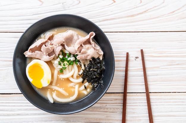 Nouilles udon ramen avec soupe de porc