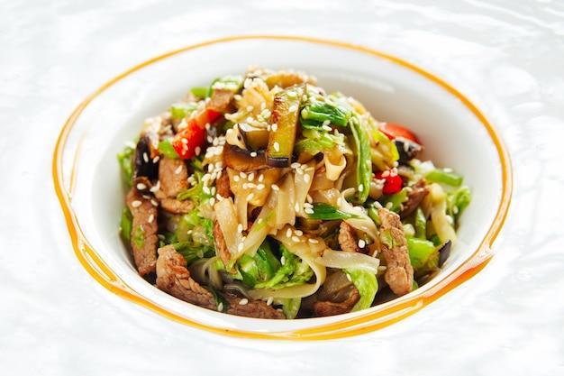 Nouilles udon à la viande de boeuf et légumes sésame