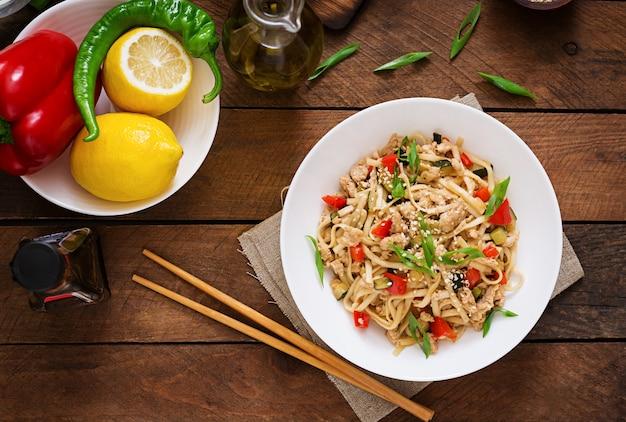 Nouilles udon avec viande et légumes dans un style asiatique. vue de dessus