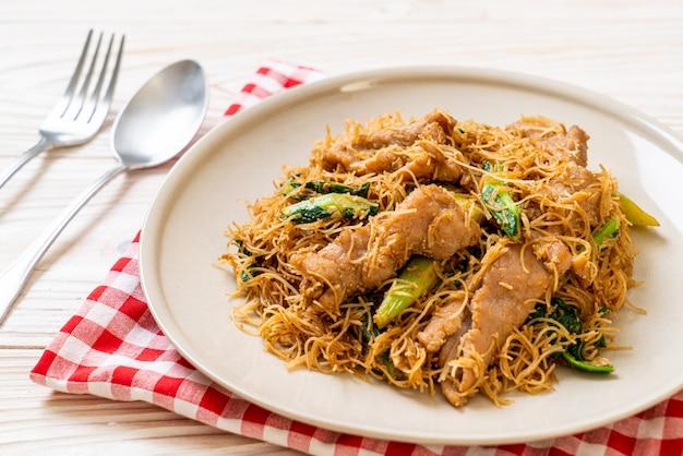 Nouilles vermicelles de riz sautées avec sauce soja noire et porc
