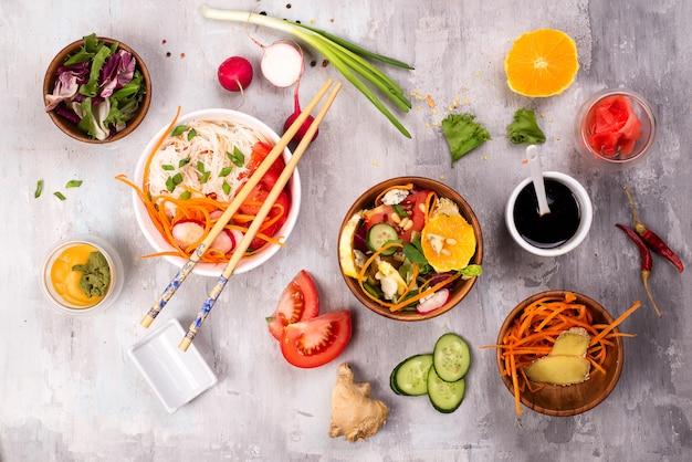 Nouilles de verre épicées avec des légumes - carottes, concombre, poivrons, ail.