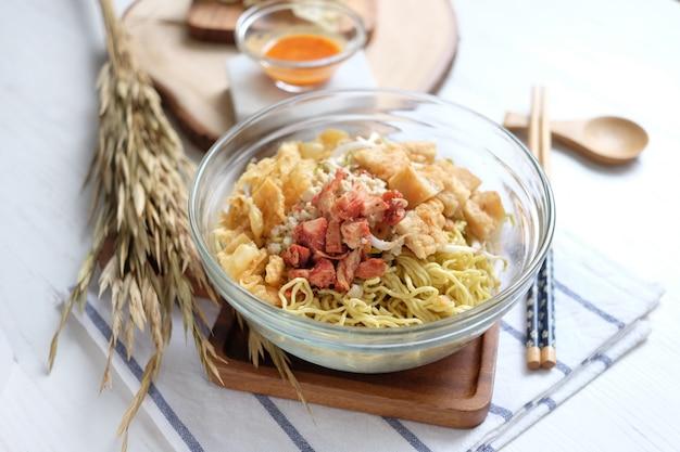 Nouilles à la viande et au tofu dans le bol