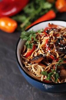 Nouilles wok udon aux champignons et légumes