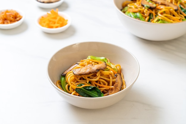 Nouilles yakisoba sautées aux légumes dans un style asiatique - nourriture végétalienne et végétarienne
