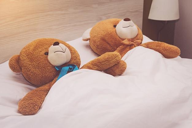 Nounours couché dans le lit