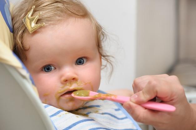Nourrir de petite fille mignonne