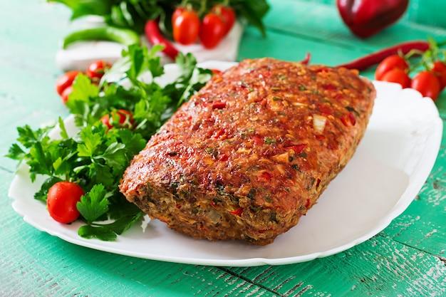 Nourriture américaine. pain de viande de boeuf haché fait maison avec ketchup et poivrons