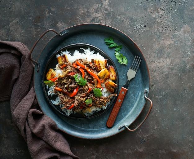Nourriture d'amérique latine. ropa vieja avec des plantains frits