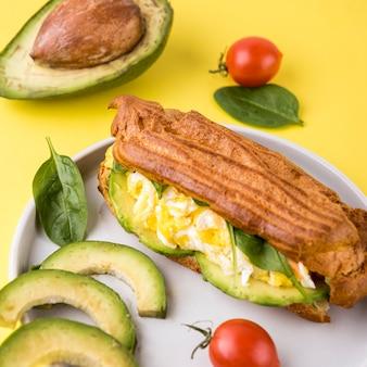 Nourriture en angle avec des œufs et des légumes