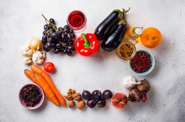 Nourriture antioxydante dans une table en béton
