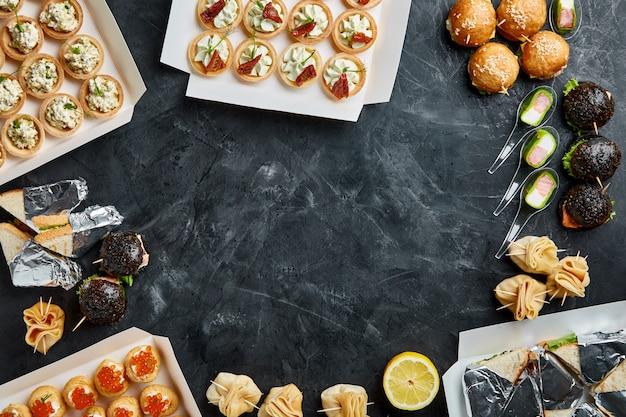 Nourriture appétissante dans des boîtes pour les fêtes d'entreprise, mariages, conférences, vacances. livraison de nourriture sur commande