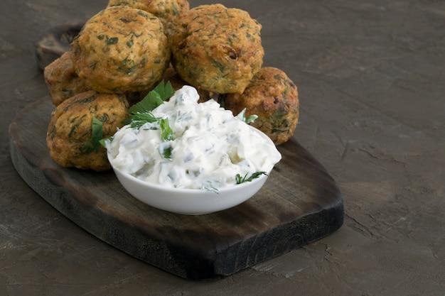 Nourriture arabe, falafel. boulettes de pois chiches frits.