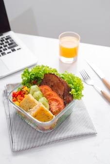 Nourriture au bureau. déjeuner sain pour le travail.