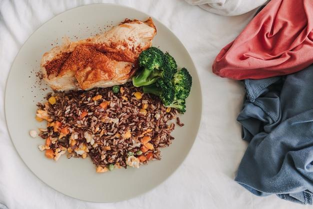Nourriture au centre du concept de vêtements de maison mari et femme