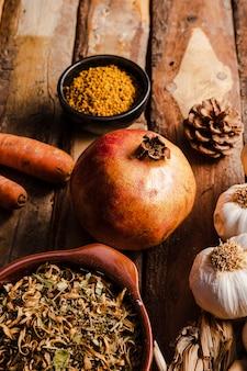 Nourriture automne haute angle sur fond en bois