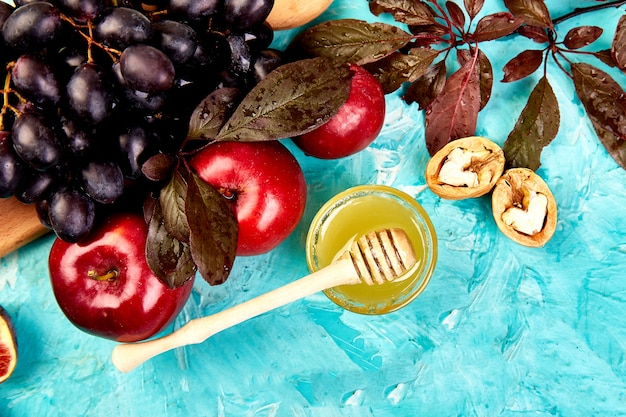 Nourriture d'automne nature morte aux fruits de saison raisin, pommes rouges et figues.