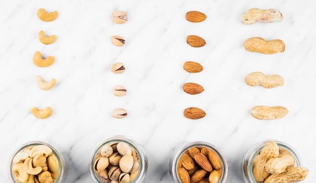 Nourriture aux noix fraîches dans un bocal sur une surface en marbre