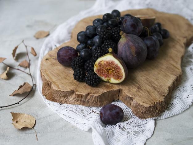 Nourriture bleue et violette. mûres, raisins, prunes, myrtilles, figues