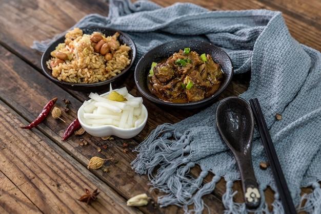 La nourriture de boeuf et les plats d'accompagnement sont sur la table à grain de bois